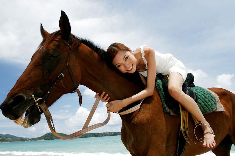 Femme allongée sur son cheval